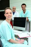 Colegas médicos com um computador e uma tela em branco — Foto Stock