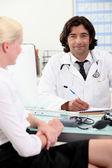 доктор, консультации с пациентом — Стоковое фото