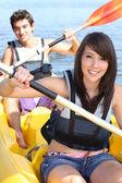 Pareja kayak en un día de verano caliente — Foto de Stock