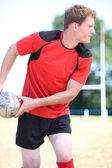 Bola de passagem de jogador de Rugby — Fotografia Stock