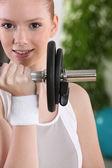 Genç kadın bir halter kullanma — Stok fotoğraf