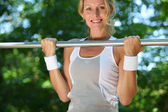 Woman doing chin-ups — Stock Photo
