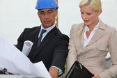 Arquitetos discutir planos no site — Foto Stock