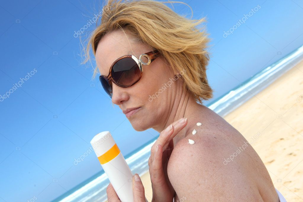 Woman putting on sun cream — Stock Photo #7890934