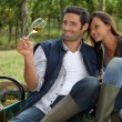Couple taking a break from picking grapes — Stock Photo