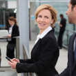 Businesswoman at an airport — Stockfoto