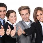 quatre jeunes professionnels, donner les pouces vers le haut — Photo