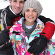 Couple skiing together — Stock Photo