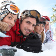 Ski couples lying in the snow — Foto de Stock
