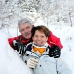 starší pár v zasněžené krajině — Stock fotografie