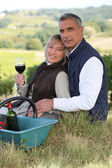 Couple tasting wine in a vineyard — Foto Stock