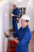 два электрика, работающих на туалете — Стоковое фото