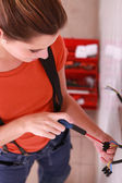 Woman laborer using screwdriver — Stock fotografie