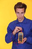 Elettricista utilizzando un multimetro — Foto Stock