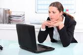 Bruna imprenditrice annoiato al lavoro — Foto Stock