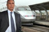 Ritratto di un uomo d'affari vicino alla stazione ferroviaria — Foto Stock