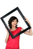 Kobieta trzyma się w ramki na zdjęcia — Zdjęcie stockowe