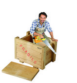 Carpinteiro com serra ficou em caixa de madeira — Foto Stock