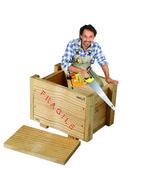 Snickare med såg stod i trälåda — Stockfoto