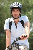 25 anos velho, fazendo da bicicleta de montanha — Foto Stock