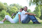 Couple relaxing in a park — Stock Photo