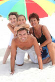 Family holidaying on a sandy beach — Foto Stock