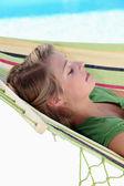 年轻的姑娘在吊床上休息 — 图库照片