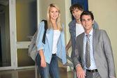 Tre elever i en skola som ser på oss. — Stockfoto