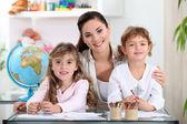 Frau mit kleinen kindern lernen über die welt — Stockfoto
