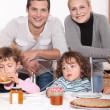 familjen njuter av crepes — Stockfoto