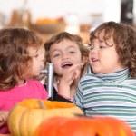 Трое детей в кухне на время Хэллоуин — Стоковое фото #7910732