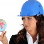 empresária, segurando um globo — Foto Stock