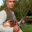 Hunter with a shotgun and spaniel — Stock Photo
