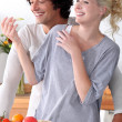 Couple laughing in the kitchen - Foto Stock
