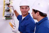 Inspectores de seguridad eléctrica verificar la caja de fusibles central — Foto de Stock