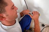 Electricista cortar un cable — Foto de Stock