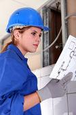 Eletricista feminina com diagrama — Foto Stock