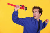 Homem com uma chave inglesa e chave de fenda — Foto Stock