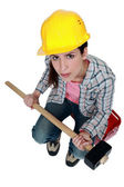 Female builder holding a sledge hammer — Stock Photo