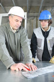 Electrician with young apprentice — Stock Photo