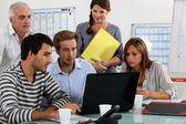 молодая команда, работающая на ноутбук — Стоковое фото