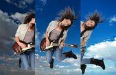 ženské kytarista skákání ve vzduchu — Stock fotografie