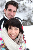 Couple walking in snow — Stock fotografie