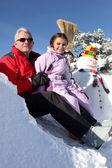 отец и дочь с снеговика — Стоковое фото