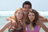 Unga umgås på stranden — Stockfoto