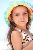 ビキニと sunhat の若い女の子 — ストック写真