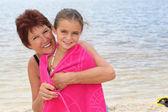 Retrato de una mujer madura y una niña en la playa — Foto de Stock