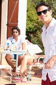 Amici godendo un barbecue in una giornata di sole — Foto Stock