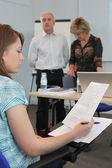 молодая женщина в экзамен — Стоковое фото