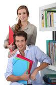 Jovem casal na biblioteca — Foto Stock